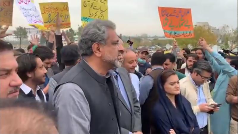 پارلیمنٹ ہاؤس کے باہر ن لیگ کے رہنماؤں اور تحریک انصاف کے کارکنوں میں ہاتھا پائی