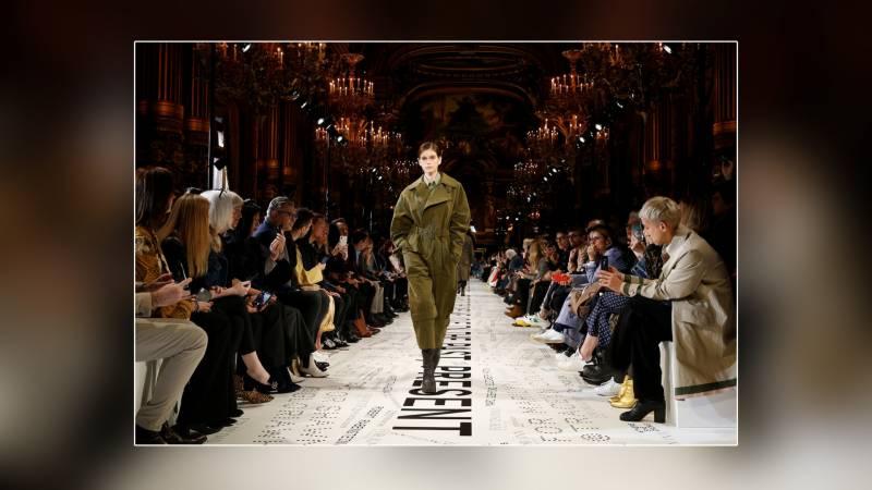پیرس فیشن ویک میں د نیا بھر کے مشہور ڈیزائنرز کے ملبوسات کی شاندار نمائش