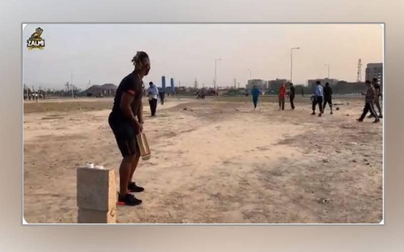 ڈیرن سیمی کی لاہور کے مقامی گراؤنڈ میں نوجوانوں کیساتھ ٹیپ بال کرکٹ