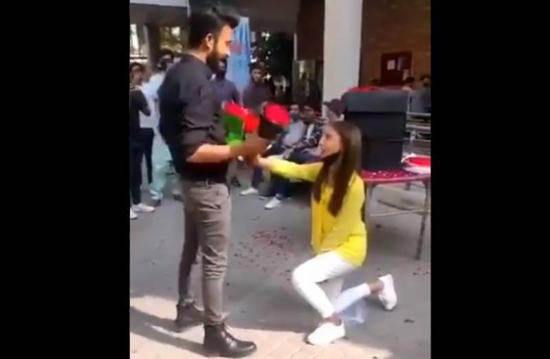 نجی یونیورسٹی میں لڑکی کا لڑکے کو کھلے عام پروپوز کرنے پر تنقید، لڑکے نے بالآخر بیان جاری کر دیا، لڑکی کے بارے میں کیا کہا؟