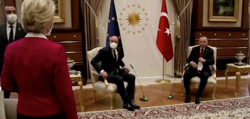ترک صدر سے ملاقات میں یورپی کمیشن کی سربراہ خاتون کو بیٹھنے کیلئے کرسی نہ ملی، سوشل میڈیا پر ہنگامہ