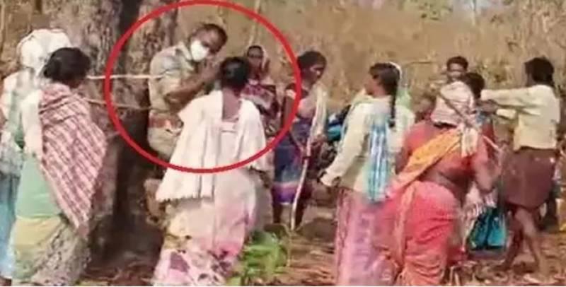 قبائلی خواتین نے محکمہ جنگلات کے افسران کو تشددکے بعد درخت سے باندھ دیا