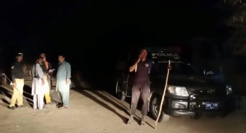 گاؤں والوں کا پولیس اہلکاروں پر تشدد،پولیس موبائل کے شیشے توڑ دئیے