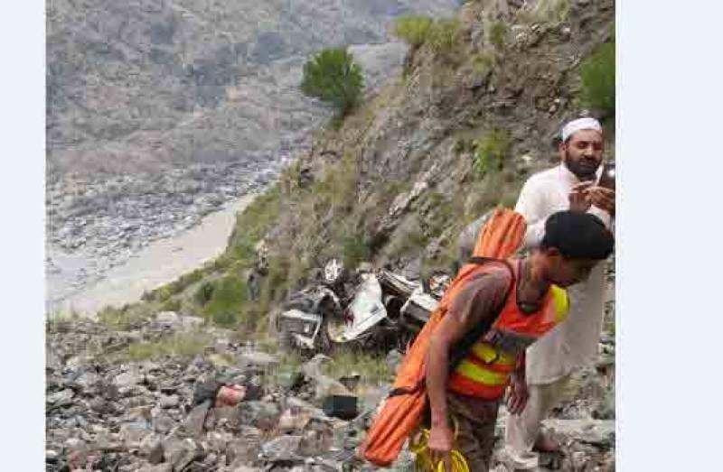 کوہستان، میت لے کر جانیوالی ایمبولینس کھائی میں جا گری، 8 افراد جاں بحق