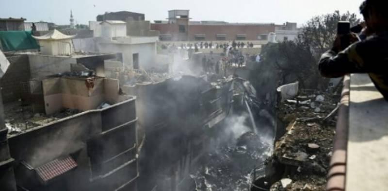 کراچی میں گرکر تباہ ہونے والی بدقسمت پرواز کے متاثرین نے ایک سال بعد پھر مطالبات دہرا دیئے