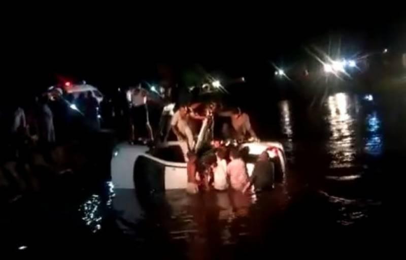 مسافر وین نہر میں گر گئی، 7 بچوں سمیت ایک ہی خاندان کے 11 افراد جاں بحق