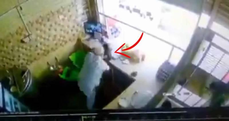 کراچی میں بزرگ دکاندار نے اپنی دکان میں ڈکیتی کی واردات ناکام بنا دی