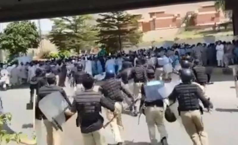 احتجاج کرنے والے یونیورسٹی ملازمین پر پولیس کا لاٹھی چارج ،10 گرفتار ،مظاہرین منتشر