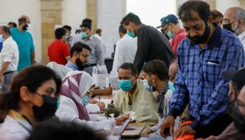 حصول تعلیم اور ورک ویزہ پر بیرون ملک جانے کے خواہشمند پاکستانیوں کا کورونا ویکسی نیشن سینٹر کے باہر احتجاج