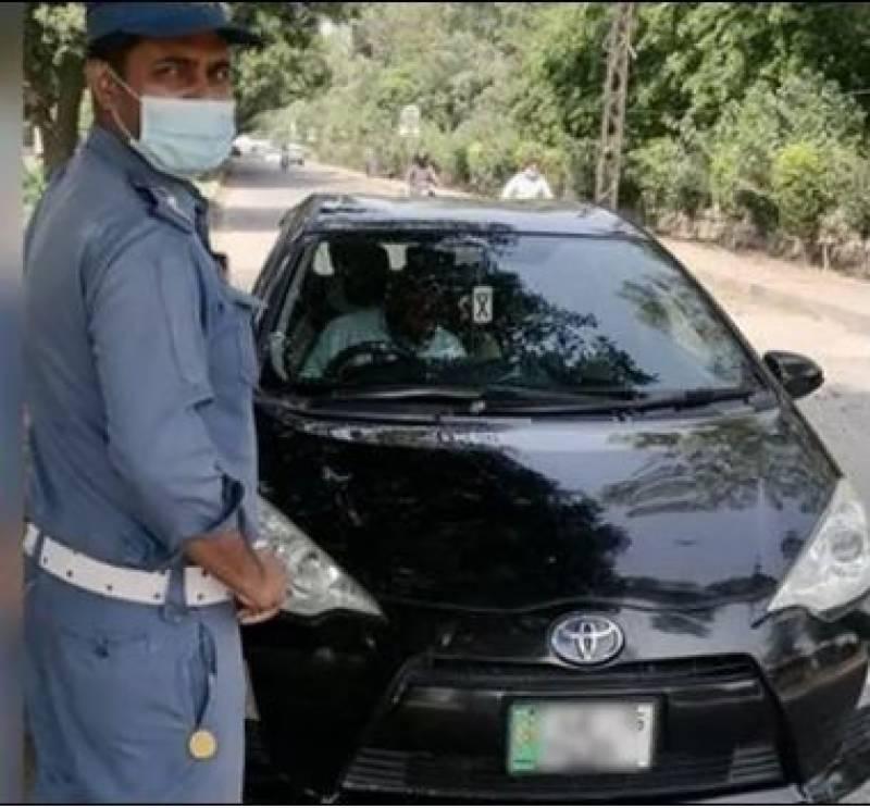 ٹریفک پولیس نے 74 مرتبہ قانون شکنی کرنے والی گاڑی پکڑلی