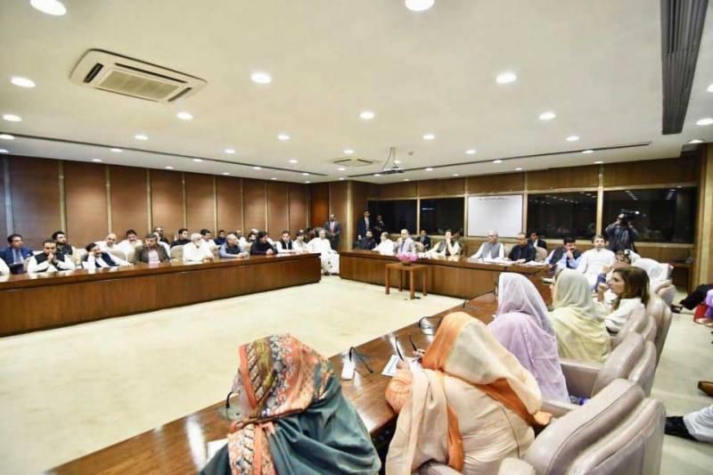 حکومتی پارلیمانی پارٹی کا اجلاس، اراکین آپس میں الجھ پڑے، اپوزیشن کو اینٹ کا جواب پتھر سے دینے کا اعلان