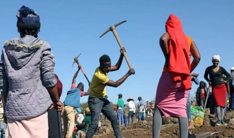 جنوبی افریقہ میں کھدائی کے دوران ملنے والے پتھروں کو عوام نے