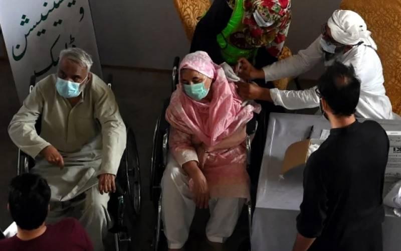 ملتان میں ویکسی نیشن سینٹر میں بھگدڑ مچنے سے 2 افراد زخمی