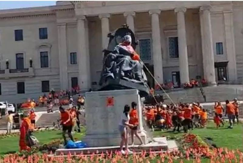 کینیڈا میں سالوں قبل بچوں کی باقیات ملنے پر ملکہ برطانیہ کا مجسمہ گرادیا گیا