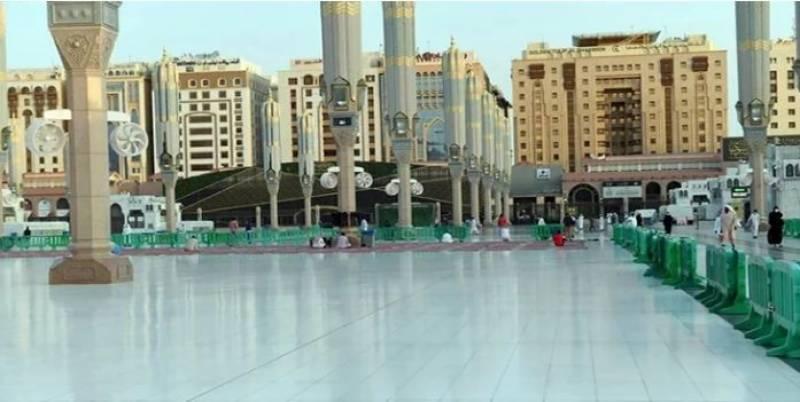 مسجد نبوی کے بیرونی صحن میں سورج کی تپش سے محفوظ رکھنے والی ٹائلیں لگا دی گئیں