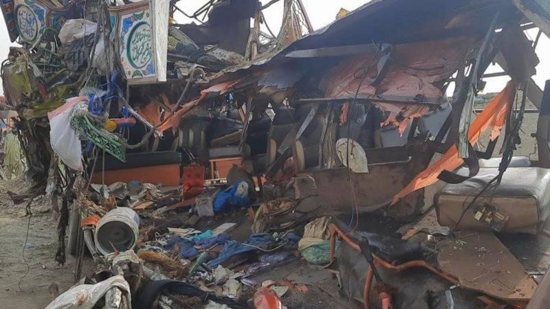 ڈی جی خان میں مسافر بس اور ٹریلر میں تصادم ، 33افراد جاں بحق