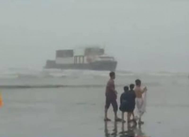 کراچی کے ساحلی علاقے میں غیرملکی بحری جہاز پھنس گیا