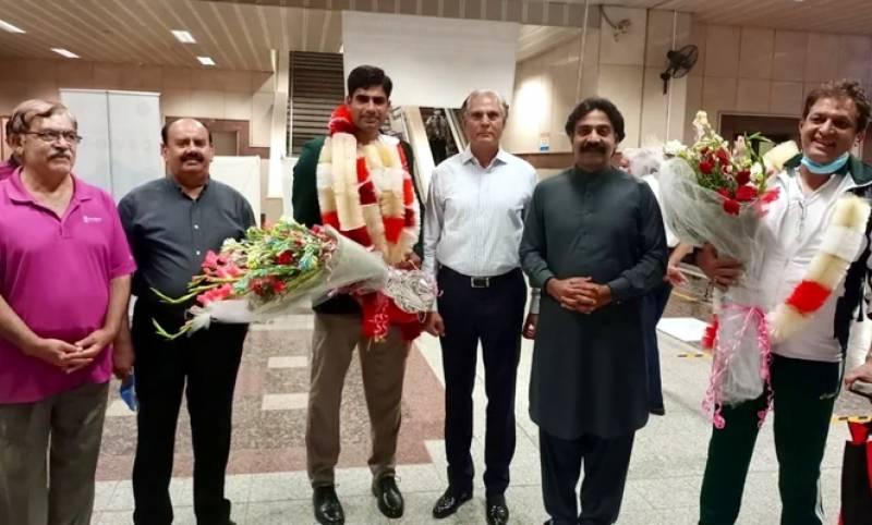 اولمپکس میں شاندار کارکردگی دکھانے والے ارشد ندیم وطن پہنچ گئے، ائیرپورٹ پر والہانہ استقبال