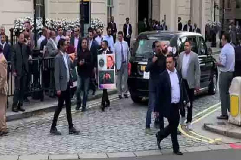 لندن میں جنید صفدر کی شادی کی تقریب کے دوران ہوٹل کے باہر احتجاج