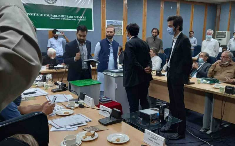 شبلی فراز اور مسلم لیگ (ن) کے رہنما افنان اللہ آپس میں الجھ گئے