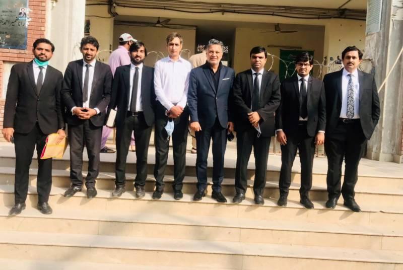اوورسیز پاکستانی فیشن ڈیزائنر محمودبھٹی عدالت میں پیش ، آبائی گھر سے قبضہ چھڑانے کا مطالبہ