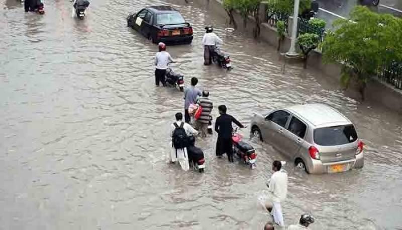 کراچی میں موسلا دھار بارش، برساتی نالے ابل پڑے، بجلی کی فراہمی معطل