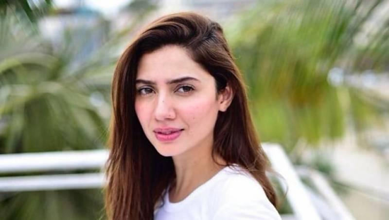 اداکارہ ماہرہ خان کے عریاں لباس کو دیکھ کر سوشل میڈیا صارفین بھڑک اٹھے