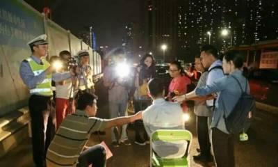 چین کی پولیس نے گاڑی کی لائٹ تیز رکھنے والوں کے لیے انوکھی سزا شروع کر دی