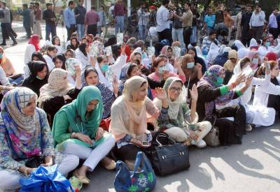 لاہور : ینگ ڈاکٹرز کا دھرنا 5 ویں روز میں داخل، ٹریفک جام،شہری ڈاکٹروں کو کوستے رہے