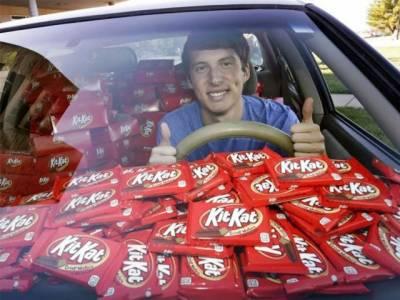 ایک چاکلیٹ چوری ہونے پر کمپنی کا نوجوان کو سیکڑوں چاکلیٹ کا تحفہ