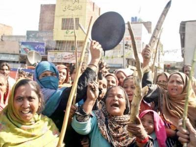 ملتان میں گیس لوڈ شیڈنگ کے خلاف خواتین کا انوکھا احتجاج