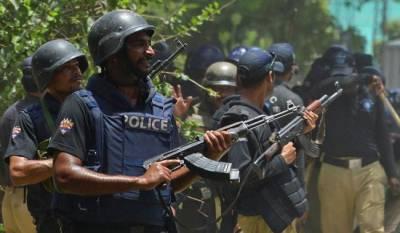 حیدر آباد میں ڈاکٹر نے اپنے 2 بیٹوں اور ماں کو یرغمال بنا لیا,بازیابی کیلئے پولیس کی کارروائی