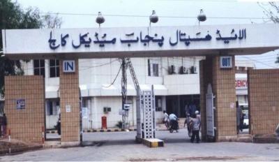 فیصل آباد میں تیز رفتار بس الٹ گئی، 1 شخص جاں بحق، 23 زخمی