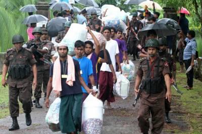 میانمار،مسلمان سرکاری فوج کے حملوں سے بچنے کے لیے بنگلادیش کی طرف فرار ہو رہے ہیں