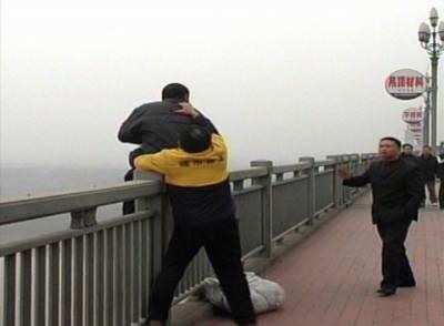 چین میں سیکڑوں لوگوں کو خودکشی سے بچانے والا شخص