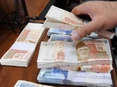 خاتون نے گمشدہ پیسے ملنے پر مالک کے حوالے کر دیے