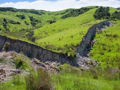 نیوزی لینڈ میں زلزلے سے بننے والی 15 فٹ اونچی دیوار نے سب کو حیران کردیا