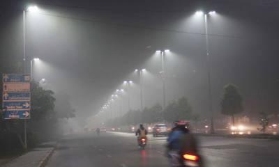 لاہور کے مختلف علاقوں میں رات بھر ہلکی دھند کے باعث ٹریفک کی روانی متاثر رہی