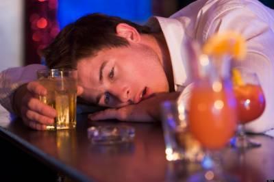 شراب پی کرمرنے والا شخص زندہ ہو کر دوبارہ شراب خانے پہنچ گیا