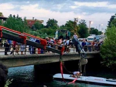 مسافر بس جھیل میں گرنے سے 17افراد ہلاک ، 2زخمی