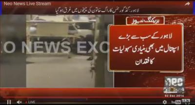 لاہور:جناح اسپتال میں خاتون کو کپڑے میں باندھ کر ایمرجنسی تک پہنچایا گیا