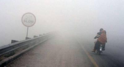 پنجاب کے مختلف شہروں میں دھند کا راج، موٹروے کو ٹریفک کیلئے بند کر دیا