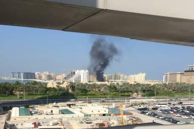 دبئی کے علاقے پام جمیرا میں واقع عمارت میں آتشزدگی