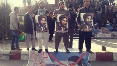 کابل میں مظاہرین کے ہاتھوں گلبدین حکمت یار کی تصاویر نذر آتش