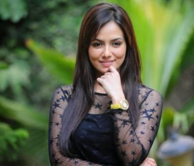 ادکارہ ثناء خان کی والدہ قابل اعتراض مناظر فلمانے پر آگ بگولہ