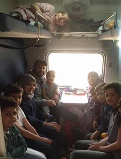 بوم بو م کا اہلخانہ سمیت ٹرین کاسفر ،بچوں کی تصویر نے دھوم مچا دی
