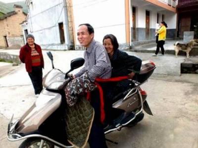 ماں میری آنکھ کا تارا ہے،چینی شخص نے سعادت مندی کی مثال قائم کر دی