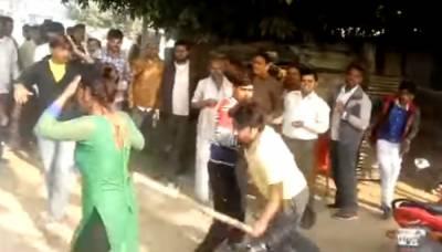 بھارت میں چھیڑ چھاڑ کی مزاحمت پر سرعام خاتون کو لاٹھی سے پیٹا گیا