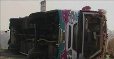 باراتیوں کی بس اور ٹرک میں تصادم ، حادثے میں 15 افراد زخمی