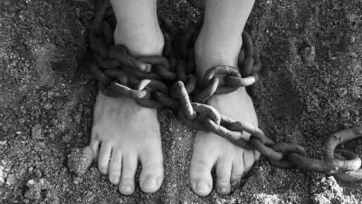 والدین نے دلہن بیٹی کو زنجیروں میں جکڑ کر سسرال پہنچ دیا